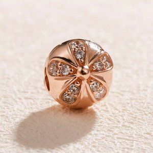 Authentic PANDORA Rose Dazzling Daisy Clip Charm